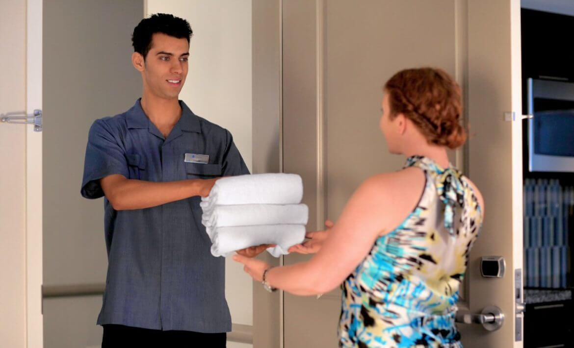 Woman receiving towels from room service. News | MasterCorp